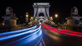 Η γέφυρα αλυσίδων στη Βουδαπέστη τη νύχτα με τα ελαφριά ίχνη Στοκ εικόνες με δικαίωμα ελεύθερης χρήσης