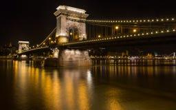 Η γέφυρα αλυσίδων στη Βουδαπέστη τη νύχτα Στοκ εικόνες με δικαίωμα ελεύθερης χρήσης
