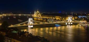 Η γέφυρα αλυσίδων στη Βουδαπέστη τη νύχτα Στοκ φωτογραφία με δικαίωμα ελεύθερης χρήσης