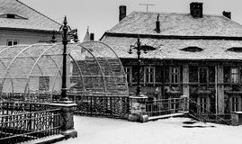 Η γέφυρα βρίσκεται στο Sibiu και τα παλαιά ιστορικά κτήρια που καλύπτονται στο χιόνι στο Sibiu, Ρουμανία στοκ φωτογραφία με δικαίωμα ελεύθερης χρήσης