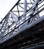 Η γέφυρα για τη δομή μετάλλων αυτοκινήτων ενάντια στον ουρανό Στοκ Εικόνες
