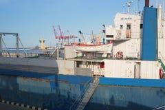 Η γέφυρα ενός φορτηγού πλοίου στο θαλάσσιο λιμένα Στοκ Εικόνες