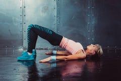 Η γέφυρα θέτει τη φίλαθλη γυναίκα που κάνει την ικανότητα workout Στοκ φωτογραφία με δικαίωμα ελεύθερης χρήσης