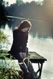 η γέφυρα κάθεται τη μικρή γυναίκα ξύλινη Στοκ φωτογραφία με δικαίωμα ελεύθερης χρήσης