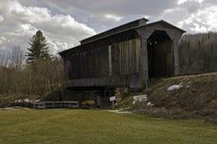 η γέφυρα κάλυψε το ιστορικό τραίνο Στοκ εικόνες με δικαίωμα ελεύθερης χρήσης