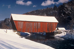 η γέφυρα κάλυψε το κόκκινο Στοκ Εικόνες