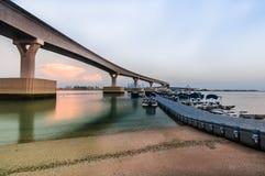 Η γέφυρα μονοτρόχιων σιδηροδρόμων πέρα από την αποβάθρα στενών με τις βάρκες Στοκ εικόνα με δικαίωμα ελεύθερης χρήσης