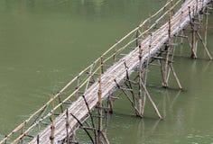 Η γέφυρα μπαμπού πέρα από τον ποταμό Nam Khan στοκ φωτογραφίες