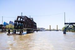 Η γέφυρα οδών Ι είναι μια ιστορική γέφυρα ταλάντευσης ζευκτόντων μετάλλων που βρίσκεται στην οδό Ι στο Σακραμέντο  η γέφυρα πύργω στοκ εικόνες με δικαίωμα ελεύθερης χρήσης