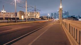 1$η γέφυρα οδών που κοιτάζει στο στο κέντρο της πόλης Λος Άντζελες απόθεμα βίντεο