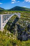 Η γέφυρα πέρα από τον παραπόταμο του ποταμού Verdon Artuby Στοκ εικόνες με δικαίωμα ελεύθερης χρήσης