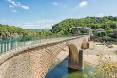 Η γέφυρα πέρα από τον ποταμό Ardeche κοντά στο παλαιό χωριό Balazuc ι Στοκ εικόνες με δικαίωμα ελεύθερης χρήσης