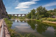 Η γέφυρα πέρα από τον ποταμό Ardeche κοντά στο χωριό της μόδας στο τ Στοκ Φωτογραφία