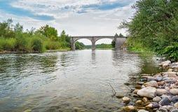 Η γέφυρα πέρα από τον ποταμό Ardeche κοντά στο χωριό Lanas στο τ Στοκ Φωτογραφία