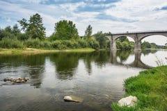 Η γέφυρα πέρα από τον ποταμό Ardeche κοντά στο χωριό Lanas στο τ Στοκ φωτογραφίες με δικαίωμα ελεύθερης χρήσης