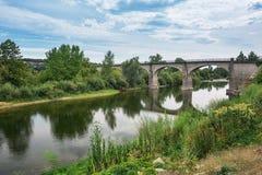 Η γέφυρα πέρα από τον ποταμό Ardeche κοντά στο χωριό Lanas στο τ Στοκ φωτογραφία με δικαίωμα ελεύθερης χρήσης