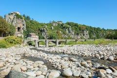 Η γέφυρα πέρα από τον ποταμό Ardeche στο γραφικό χωριό Στοκ φωτογραφία με δικαίωμα ελεύθερης χρήσης