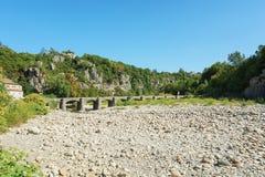 Η γέφυρα πέρα από τον ποταμό Ardeche στο χωριό pitoreske του Λα Στοκ φωτογραφίες με δικαίωμα ελεύθερης χρήσης