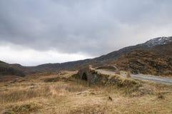 Η γέφυρα πέρα από Allt Coire Shubh, βορειοδυτικές σκωτσέζικες ορεινές περιοχές Στοκ φωτογραφία με δικαίωμα ελεύθερης χρήσης