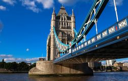 Η γέφυρα πύργων Λονδίνο στην ηλιόλουστη ημέρα, Αγγλία, Ηνωμένο Βασίλειο Στοκ εικόνα με δικαίωμα ελεύθερης χρήσης