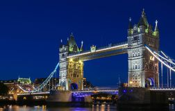 Η γέφυρα πύργων στο Λονδίνο βράδυ, Αγγλία, Ηνωμένο Βασίλειο Στοκ Εικόνες