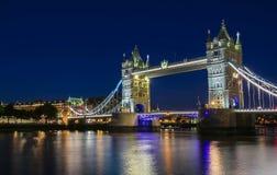 Η γέφυρα πύργων στο Λονδίνο βράδυ, Αγγλία, Ηνωμένο Βασίλειο Στοκ Φωτογραφίες