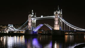 Η γέφυρα πύργων του Λονδίνου ανοίγει & κλείνει, αυξημένος & χαμηλωμένος απόθεμα βίντεο