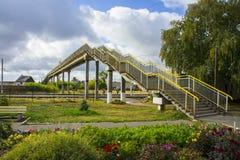 Η γέφυρα σιδηροδρόμων στην πόλη Petrovsk είναι πολύ επισκεμμένη από πολλούς ανθρώπους στοκ φωτογραφία με δικαίωμα ελεύθερης χρήσης