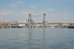 Η γέφυρα σιδηροδρόμων γερανών πέρα από φορά τον ποταμό Ροστόφ--φορά μέσα στοκ εικόνα με δικαίωμα ελεύθερης χρήσης