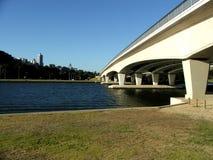 η γέφυρα στενεύει Στοκ Εικόνες