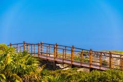 Η γέφυρα στον αμμώδη παράδεισο Playa παραλιών του νησιού Cayo βραδύτατου, Κούβα Διάστημα αντιγράφων για το κείμενο Στοκ εικόνες με δικαίωμα ελεύθερης χρήσης