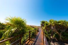Η γέφυρα στον αμμώδη παράδεισο Playa παραλιών του νησιού Cayo βραδύτατου, Κούβα Διάστημα αντιγράφων για το κείμενο Στοκ φωτογραφίες με δικαίωμα ελεύθερης χρήσης