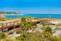 Η γέφυρα στον αμμώδη παράδεισο Playa παραλιών του νησιού Cayo βραδύτατου, Κούβα Διάστημα αντιγράφων για το κείμενο Στοκ Φωτογραφίες