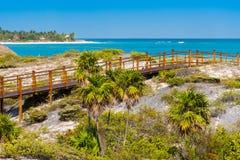 Η γέφυρα στον αμμώδη παράδεισο Playa παραλιών του νησιού Cayo βραδύτατου, Κούβα Διάστημα αντιγράφων για το κείμενο Στοκ εικόνα με δικαίωμα ελεύθερης χρήσης