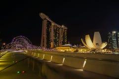 Η γέφυρα στον κόλπο μαρινών στρώνει με άμμο το ξενοδοχείο τη νύχτα Στοκ Φωτογραφίες