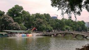 Η γέφυρα στο πάρκο στις διακοπές στοκ εικόνα με δικαίωμα ελεύθερης χρήσης