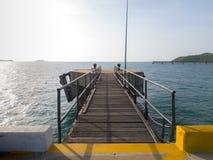 Η γέφυρα συνδέει με τον κύριο στυλοβάτη αποβαθρών και αποβαθρών octa errect από το θαλάσσιο νερό στοκ εικόνες με δικαίωμα ελεύθερης χρήσης