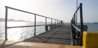 Η γέφυρα συνδέει με τον κύριο στυλοβάτη αποβαθρών και αποβαθρών octa errect από το θαλάσσιο νερό στοκ εικόνες
