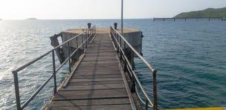 Η γέφυρα συνδέει με τον κύριο στυλοβάτη αποβαθρών και αποβαθρών octa errect από το θαλάσσιο νερό στοκ εικόνα με δικαίωμα ελεύθερης χρήσης