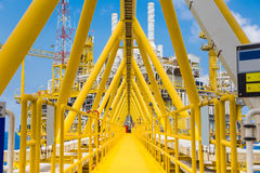 Η γέφυρα συνδέει μεταξύ του πετρελαίου και της πλατφόρμας και της στέγασης επεξεργασίας φυσικού αερίου στοκ εικόνα