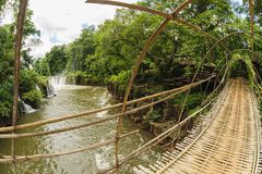 Η γέφυρα σχοινιών μπαμπού στον καταρράκτη Pha Souam αγοράκι, Λάος. Στοκ Εικόνα