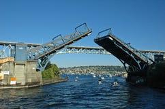 η γέφυρα σύρει το άνοιγμα Στοκ εικόνες με δικαίωμα ελεύθερης χρήσης