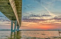Η γέφυρα της Mary πριγκηπισσών εκβολών και κορωνών του Ρόσκιλντ στο ηλιοβασίλεμα στοκ εικόνα με δικαίωμα ελεύθερης χρήσης
