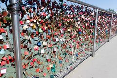 Η γέφυρα του Σάλτζμπουργκ προσελκύει τους εραστές και τις κλειδαριές στοκ εικόνα