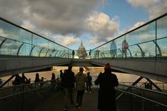 Η γέφυρα χιλιετίας γνωστή επίσης ως γέφυρα για πεζούς χιλιετίας του Λονδίνου Στοκ Εικόνα