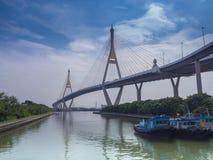 Η γέφυρα Bhumibol πέρα από τον ποταμό Στοκ φωτογραφία με δικαίωμα ελεύθερης χρήσης