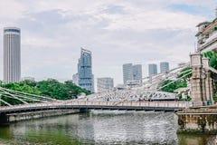 Η γέφυρα Cavenagh που εκτείνεται το χαμηλότερο φθάνει του ποταμού της Σιγκαπούρης στην κεντρική περιοχή της Σιγκαπούρης στις 22 Ν στοκ φωτογραφία