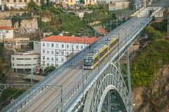 Η γέφυρα DOM Luise αψίδων μεταξύ του Πόρτο και της Βίλα Νόβα ντε Γκάια κορυφαία όψη Στοκ Εικόνα