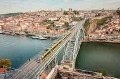 Η γέφυρα DOM Luise γεφυρών αψίδων μεταξύ της πόλης του Πόρτο και της πόλης της Βίλα Νόβα ντε Γκάια στοκ εικόνες
