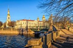 Η γέφυρα Krasnogvardeysky και ο bellfry οι θόλοι του ναυτικού καθεδρικού ναού του Άγιου Βασίλη στοκ φωτογραφία με δικαίωμα ελεύθερης χρήσης